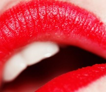 885px-Red_lipstick_(photo_by_weglet)